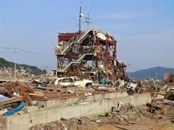 被災した志津川防災庁舎(2011.5.19)