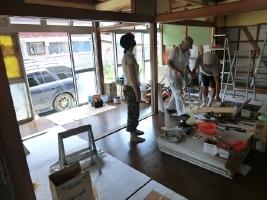 7. 東京から軽トラックに乗ってかけつけてくれたボランティアさん(中)と北海道大学のボランティアさんたちも、清掃や慣れない大工仕事を行ってくれました。