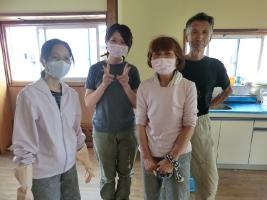 8. 中でも、長野から応援に来てくれたご家族(右3人)はこの場所の修繕が完了するまで毎日働いてくださいました。左は東京から1人で参戦してくれたボランティアさん。