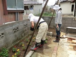 9. 「いしのまき環境ネット」さんが庭に花を植えてくださいました。ゴーヤのグリーンカーテンもすくすくと成長しています。