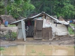 サイクロンで崩壊しかけている住宅(ムライティブ県)