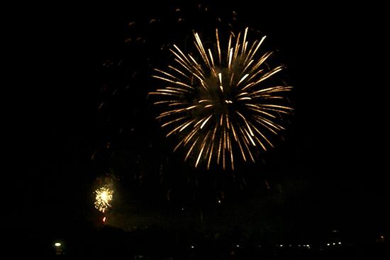 ディリの夜空に大輪の花火