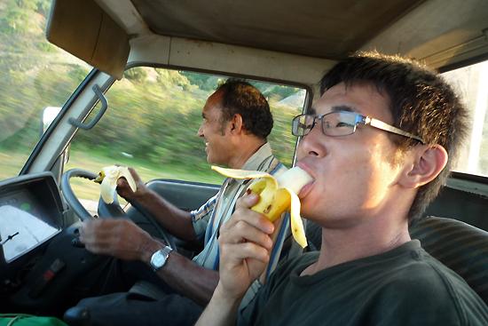 帰路、バナナをほおばる