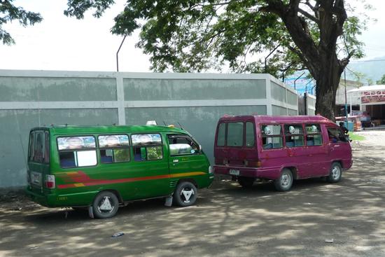 東ティモールのミニバス「ミクロレット(mikrolet)」。