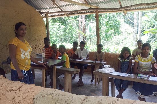 茶園に住む子供たちのための学校。この日は外から先生が来ていましたが、時にはピヤセナ博士が先生をすることもあるとか