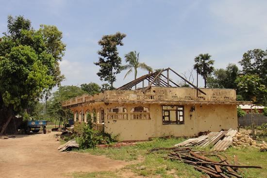 戦争によって壊れた家が多く残るムライティブの村々