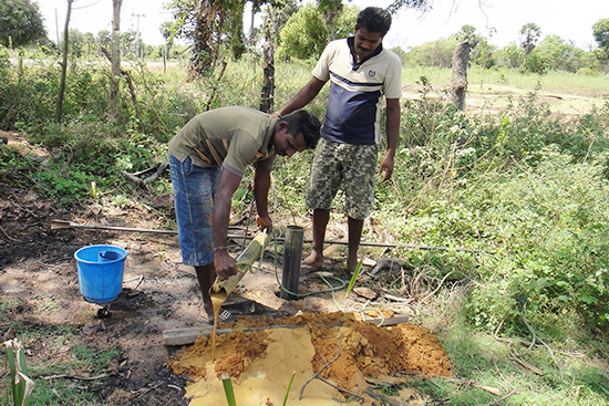 土を掘り出す作業(右がシライチェルヴァムさん)