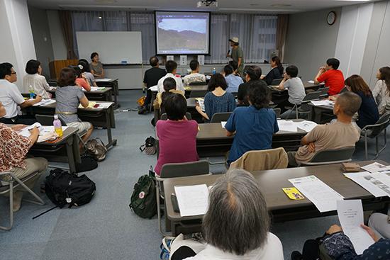 報告会の風景。参加者の方々からたくさん質問も出て、とても有意義な報告会となりました。