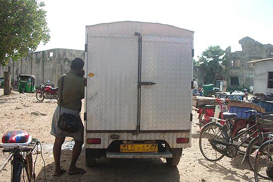 冷凍車と仲買人