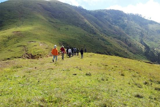 レブルリの山を歩くツアー参加者たち