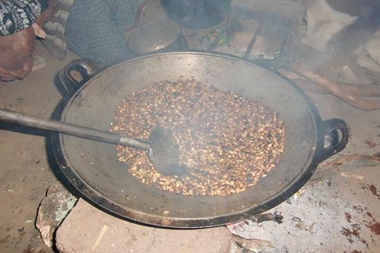 大きなフライパンで直火焙煎