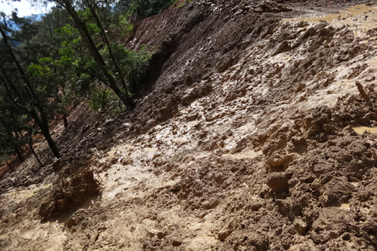 土砂崩れで寸断された道路