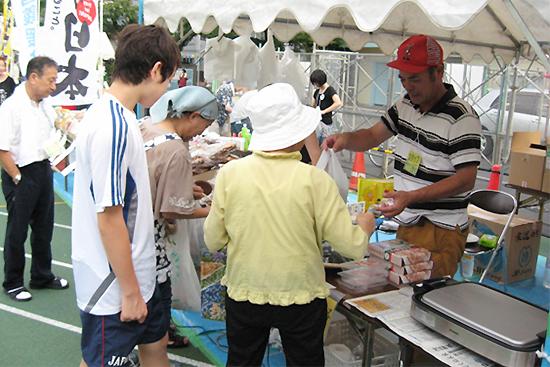 販売テント内の十三浜海産物の販売