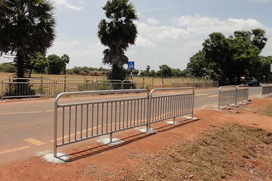 舗装されたアスファルト道に取り付けられた立派な柵