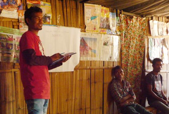 近代的畜産経営について、参加者に説明する東ティモール人スタッフの Adelino