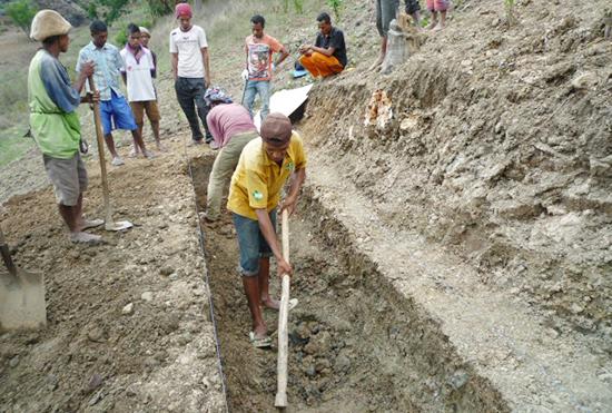 ハトゥカデ集落にて。原料を入れる発酵槽設置のための穴掘り
