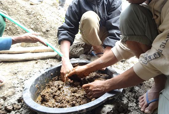 牛糞を水と混ぜて、発酵槽へ投入。この後、子供たちも手伝ってくれました