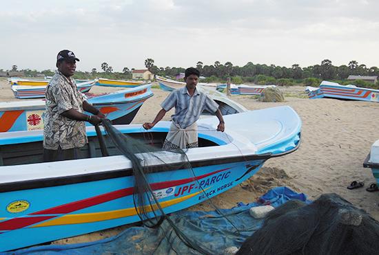 ボートで漁の準備をする漁師さんたち