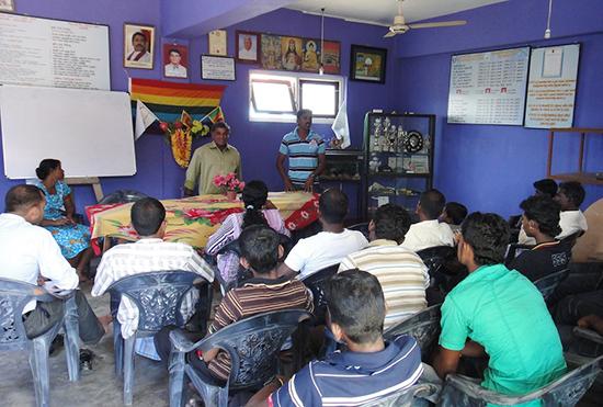 研修として訪問したトリンコマリ県の漁協。皆熱心に活動や、組合が運営する銀行機能について話を聞きました