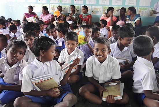 受け取ったノートを確認する子供たち(イルドゥマドゥ校)