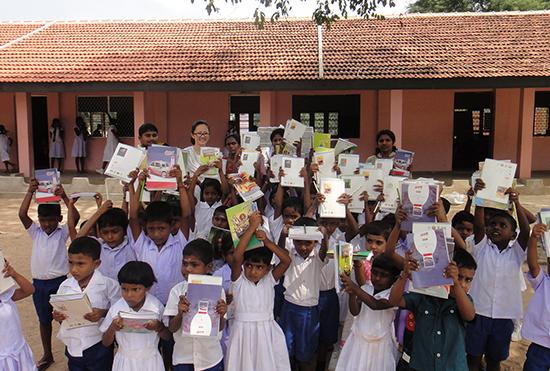 ジェガンさんと生徒さんたちでの集合写真(カイヴァリ校・後列左端がジェガンさん)