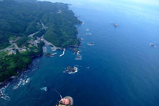 震災前の十三浜の航空写真(泉ヶ岳パラグライダークラブの高橋さん提供)