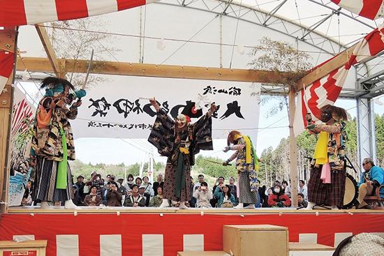 演目「水神舞」は、25年ぶりに子ども の頃と同じメンバーで披露した。