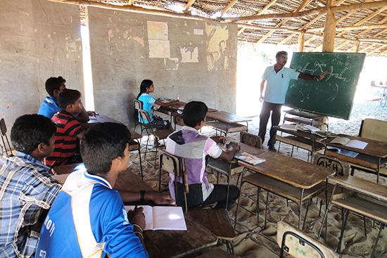 小学校の教室を借りて科学の授業を受ける子どもたち