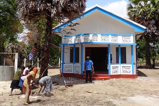 コクライ村で完成したコミュニティセンターでオープニングに向けて準備をする村の人々
