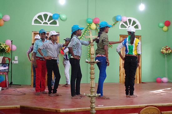 オープニング式でダンスを披露するシンハラ人の女の子たち