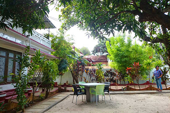 KAISゲストハウスの前庭。「KAI」はタミル語で「手」という意味で、人と人とが手を取り合って助け合い、つながり合うことを意図しています