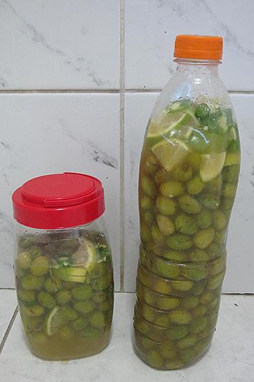 食塩水の中にオリーブ、レモン、唐辛子を3週間漬けて渋みをぬく