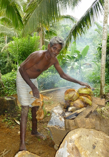 いつも作業に来てくれている通称カルアイヤー(直訳すると黒いお兄さんという意味)。作業場の蚊 よけのためココナッツ殻を燃やしています。