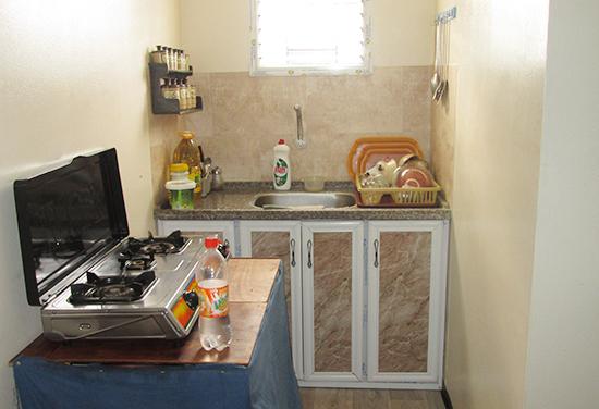 1軒の仮設住宅の中の台所風景