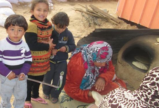 粘土で作った簡易のパンを焼く釜。多くの世帯が炭や釜を使って料理をしている