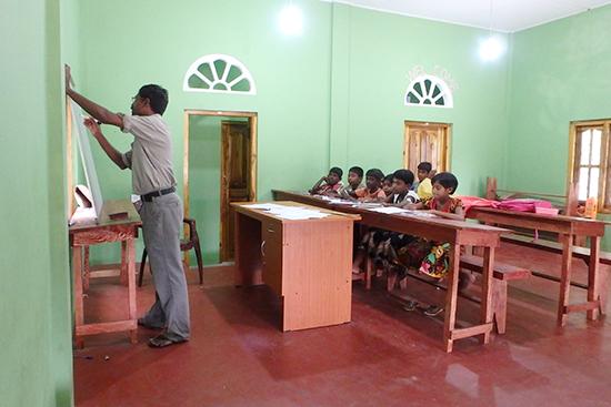 授業の風景。試験対策集中講座に参加しているコクライ村の子どもたち。