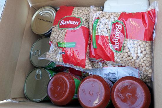 乾燥豆やトマトペースト、オリーブ、調理油などシリア人の食生活に合わせた食糧バスケット