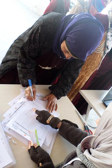 配給前に登録済みの対象者であることを、1世帯ずつ確認。