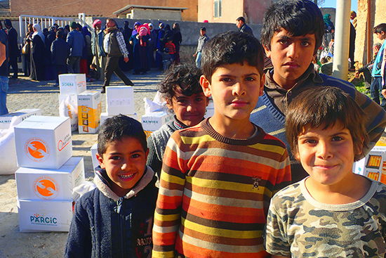 家族と一緒に配給場所へ訪れ、周辺で遊びながら待つ子ども達