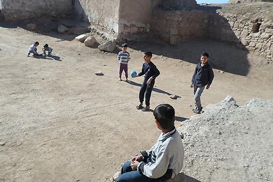 家の周辺で遊ぶ子ども達