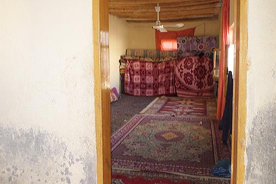 家族14人が2部屋で暮らす部屋の1部屋