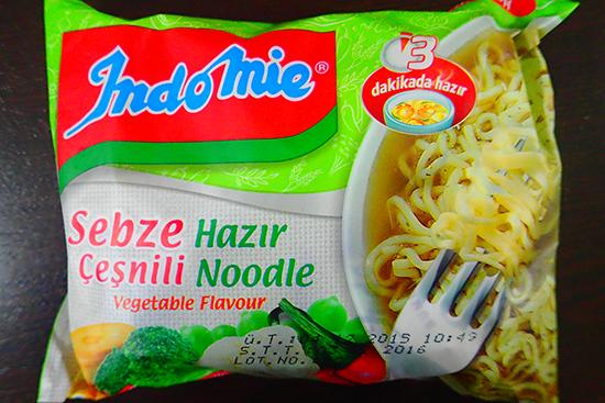 インドネシアが発売元だが、トルコ語で「野菜味インスタント麺」と書かれている