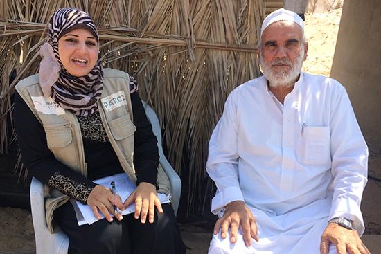 被災した小規模農家にインタビューするパルシックスタッフ