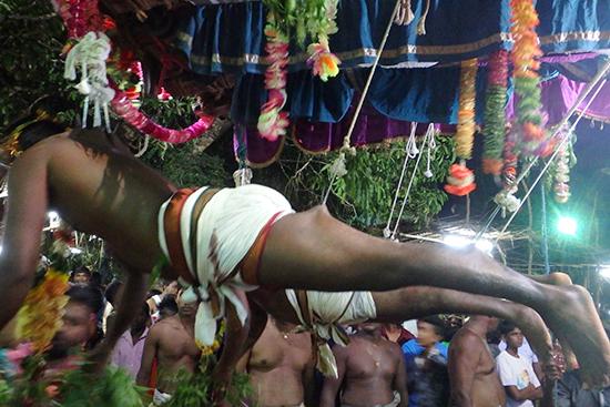 吊られているヒンズー教徒