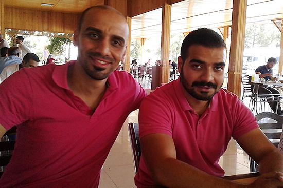 偶然同じ色のシャツを着てきたスタッフの休憩中の様子