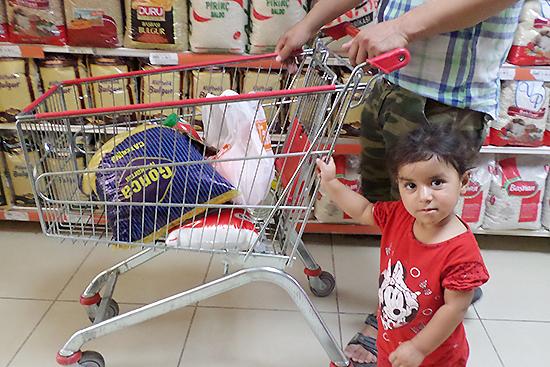ご両親にバナナを買ってもらい嬉しそうなアーヤ。お父さんの買い物にしっかり付き添ってお手伝い!