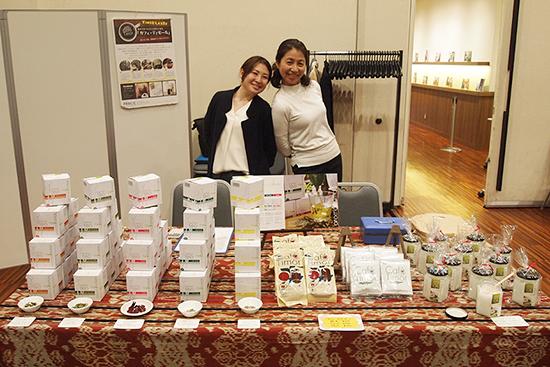 新商品のアロマ・ティモールシリーズ(コーヒー以外)。ハーブティーの新パッケージはキューブ型になりました。テーブル右端のココナッツオイルは大阪、東京で即完売!