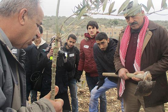 植樹前に農家さんやボランティアさんに植樹に当たっての注意点を説明