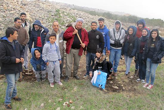 ヒセンさん、アブドゥル=ファタハさんの農地で植樹をしたグループ