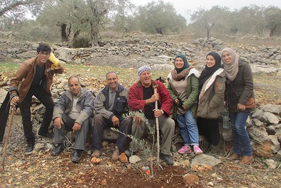 ムハンマド・ターヘルさん(左から3人目)とボランティアの皆さん。農業専門家サーデクとアブー・サリさんも一緒に